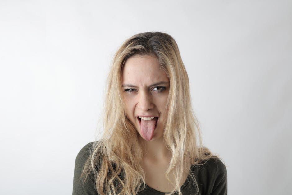 Frau zeigt Zunge