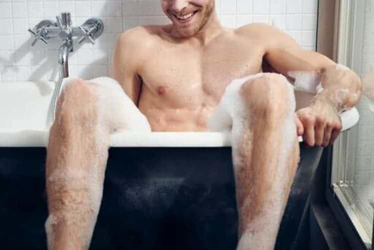 Mann in der Badewanne