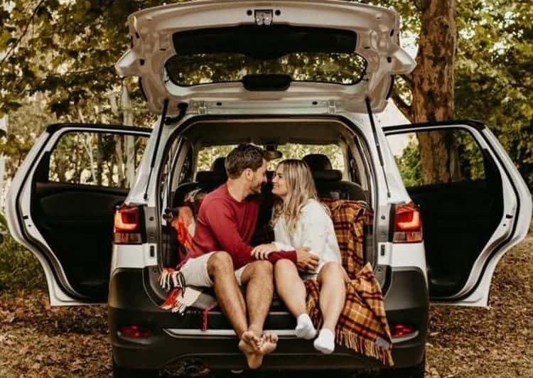 Pärchen liebt sich im Auto