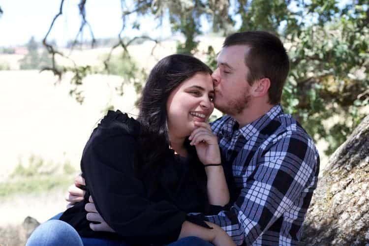 Paar küsst sich im Park